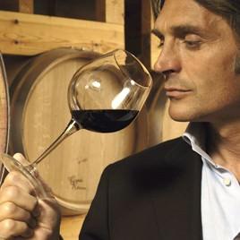 Hombre catando vino tinto