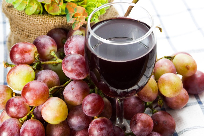 Red grapes and a glass of Grape juice