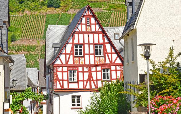 Fachwerkhaus mit Weinbergen in Pünderich, Mosel Deutschland