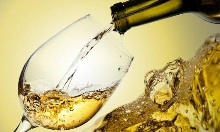 Los beneficios de tomar vino blanco