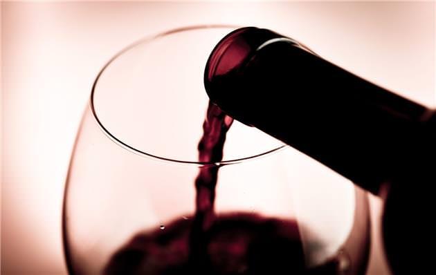 Protocolo para servir una etiqueta de vino