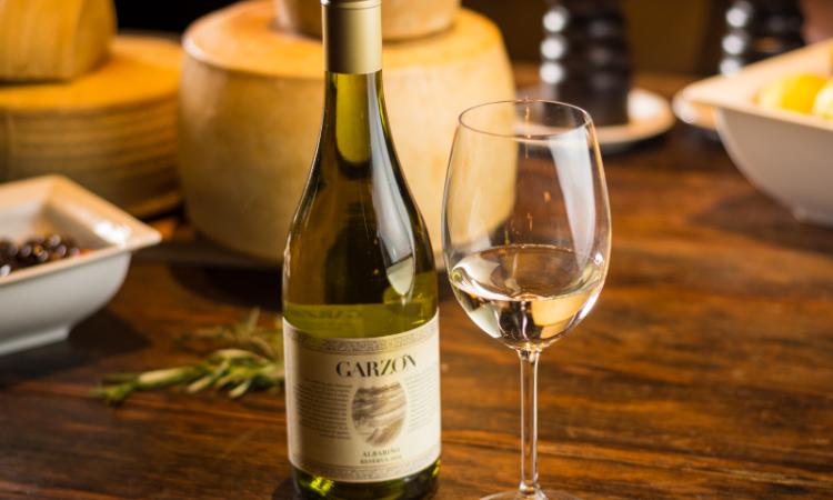 Los vinos blancos afrutados que debes saborear